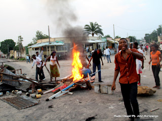Des partisans de lopposition le 9/12/2011 sur une des avenues de Kinshasa, aprs lannonce de la victoire de Kabila par la Ceni pour la prsidentielle de 2011 en RDC. Radio Okapi/ Ph. John Bompengo