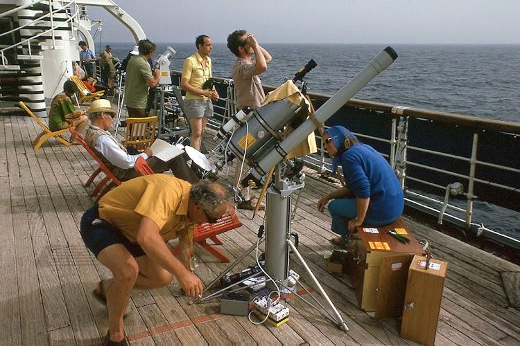 Preparandose en cubierta para la observacion del fenomeno. Foto Flickr. Aljw 1´s Photostream.jpg