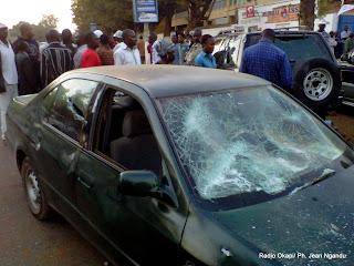 – Une voiture endomagée en face du siège de l'UDPS-Katanga à Lubumbashi, le 01/08/2011.