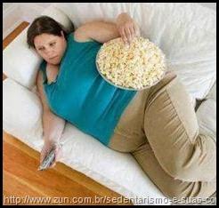 Mulher-deitada-em-sofá-comendo-pipoca