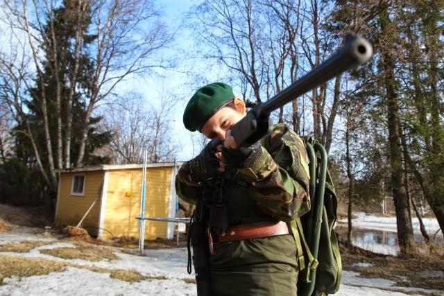 Um dos filhos com um rifle