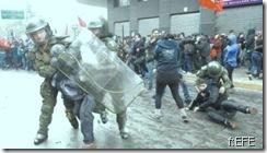 Polícia reprime manifestação contra homenagem a Pinochet.Jun2012