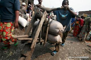 Un tshukudu dans le marché de Goma, 2007.