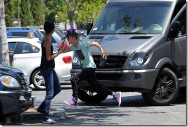 Justin Bieber agride fotografo-2