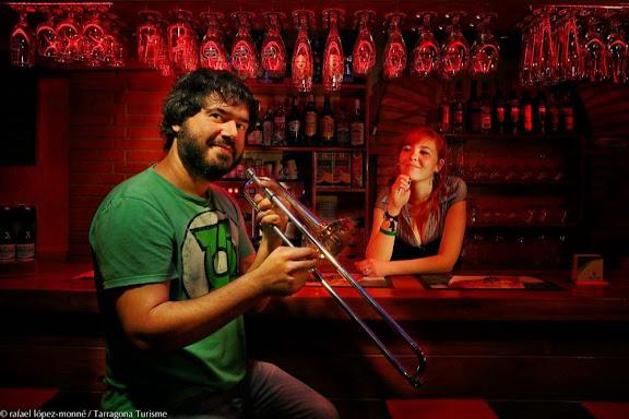Raül Cid, músic, interpret de Dixiland. 696 111 709 raulcid@yahoo.comA la barra, Montse AdanRestaurant Can Peter, C/ Cos del Bou.Tarragona, Tarragonès, Tarragona