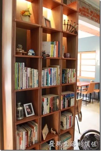 台南-PianoPiano。咖啡館內有個書架,放了一些書籍供客人翻閱,但是沒有雜誌與報紙。