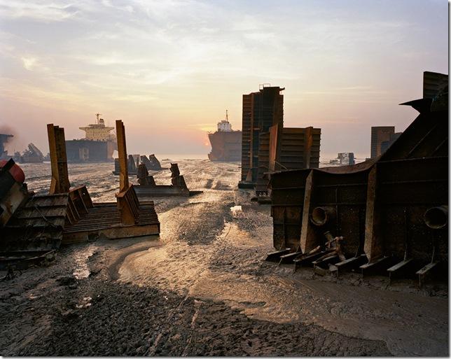 edward-burtynsky-– Shipbreaking #30, Chittagong, Bangladesh, 2001