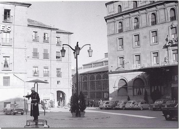 Guardia Urbano en la Puerta del Gran Hote y el Meson 2
