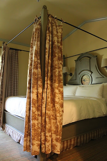 Who doesn't love a four-poster bed? Super intimate and romantic.