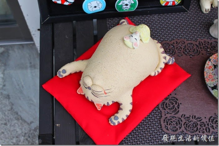 日本北九州-由布院街道。就連這隻熱到快中暑還是優閒睡午覺的加菲貓也是陶瓷作品,肚子上還有一隻老鼠,真是可愛。
