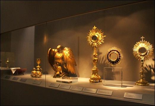 Gloria Ishizaka - museu de são roque - vitrine com peças sacras 1