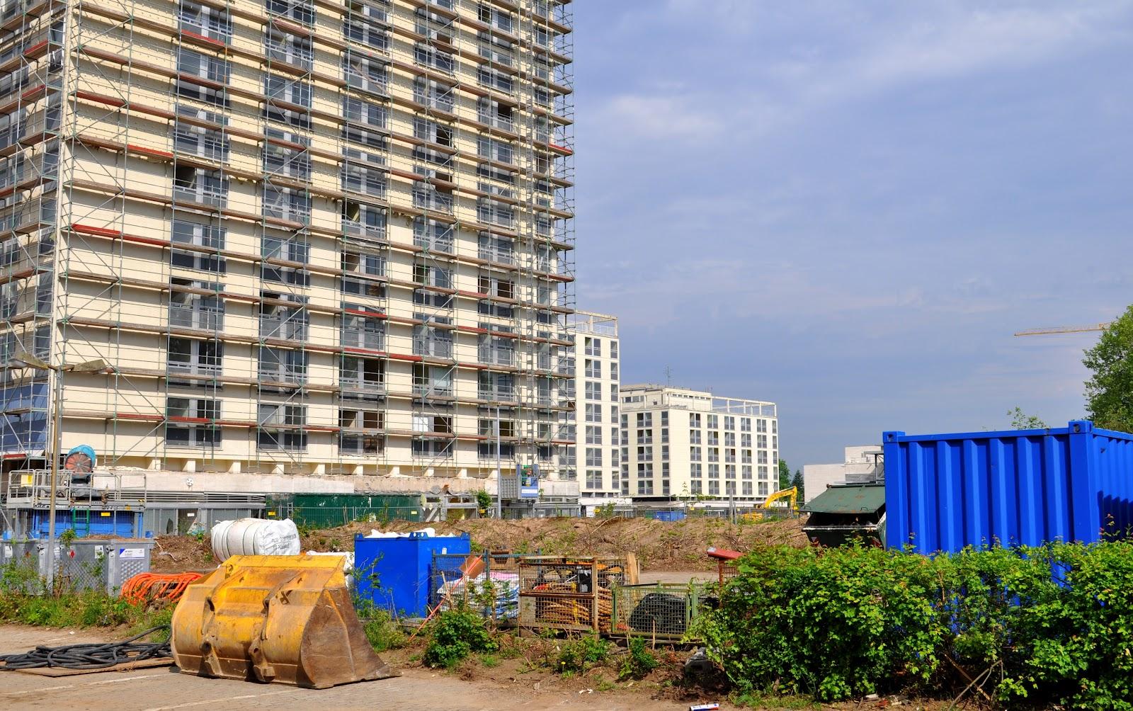 Baustelle mit Wohntürmen im Hintergrund