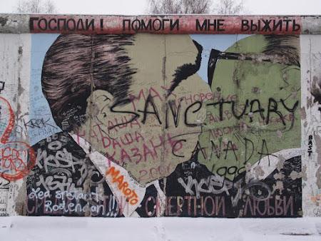 Eastside Gallery Berlin Brejnev cu Honecker