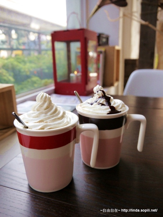 白帽子歐蕾咖啡/單車馬頭咖啡 (上面的鮮奶油有甜味,攪拌勻後味道較融合,下面咖啡較無調味,好喝順口)