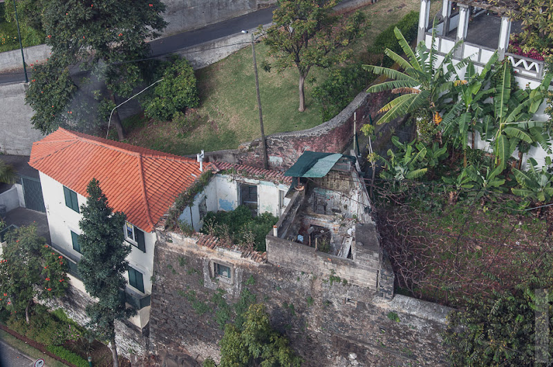 68. Февраль. Мадейра. Канатная дорога. Фуншал. Фасады скрывают разное состояние жилья, или просто двориков.