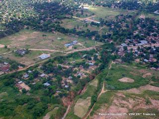 – Une vue aérienne de la ville de Mbuji-Mayi, chef-lieu de la province du Kasaï-Oriental (RDC).  Panoramio.com/Ph. VINCENT Francois