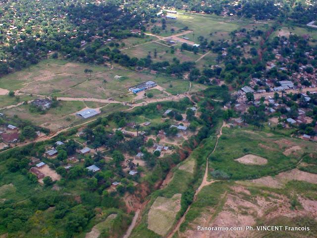 Une vue aérienne de la ville de Mbuji-Mayi, chef-lieu de la province du Kasaï-Oriental (RDC).  Panoramio.com/Ph. VINCENT Francois