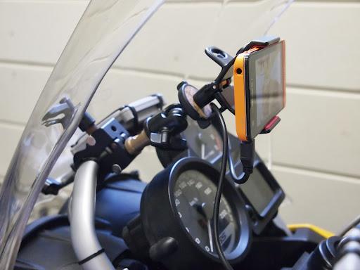 [写真]自作のスマートフォンホルダにXperia SXを固定したところ