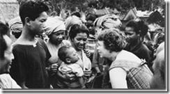 Dra. Margaret Mead, antropóloga, visitas con amigos en un viaje de campo a Bali, Indonesia, en 1957. [ Foto AP ]