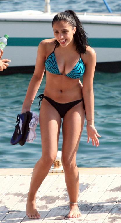 lourdes-leon-bikini-france-01