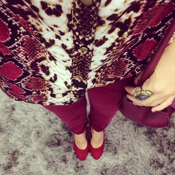 look calça burgundy e camisa estampada (1)