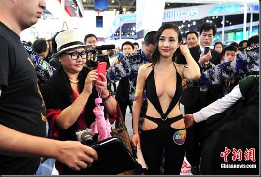 Gan-Lulu-at-2012-Beijing-auto-show-2-560x373