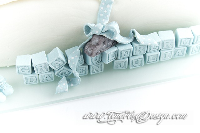 Bok-kake dåpskake inspirert av invitasjonene - marsipanpynt