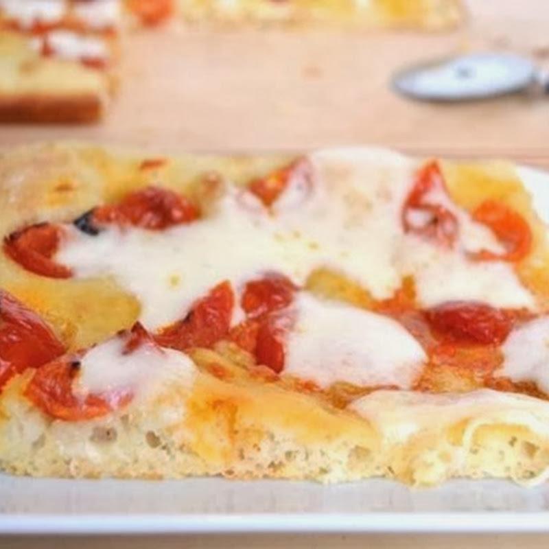 Πίτσα με ντοματίνια και τυρί