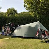 Den sidste nat på turen sov vi på Bøsøre camping. Her har vi lige fået stillet teltet op, og får lidt sen-frokost.