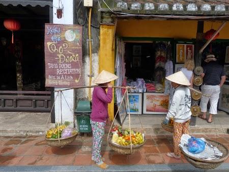 Strazile din Hoian: Vanzatoare fructe Vietnam