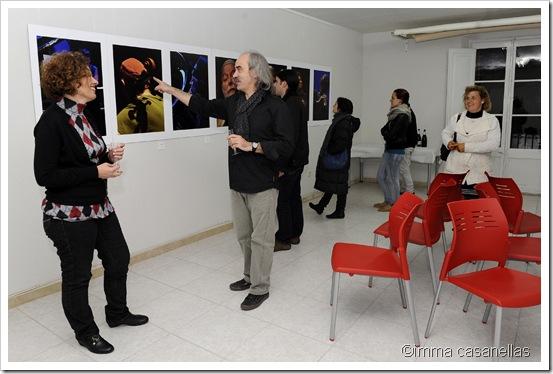 Joan Cortès, assenyalant una de les seves fotografies, el passat 17 de desembre, dia de la inauguració