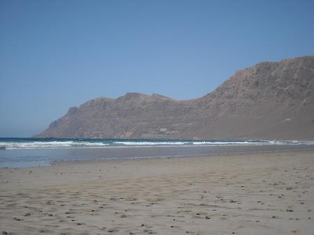 Playa de Famara, preferata surferilor in Lanzarote