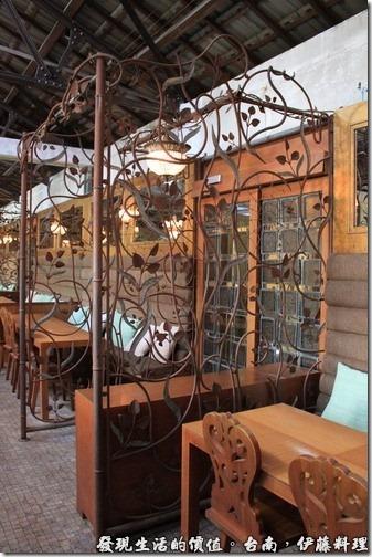 台南伊藤日本料理,是洗手間的門口,用鐵架做了一些隔離。