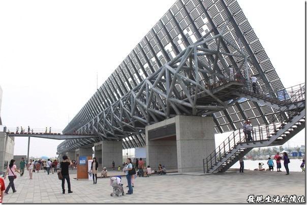 台南-台灣歷史博物館。「光電雲牆」由1,350片太陽能面板及405片鋼印玻璃所組合而成,是博物館的環保電力來源之一,與前面的「雲天廣場水舞台」聯成一氣,博有波濤狀闊之勢。