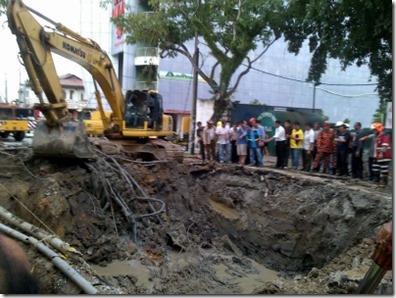 Honda City Terbenam Sedalam 6 Meter Akibat Ribut Di Penang (1)
