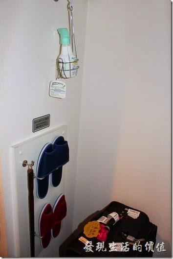 【博多祇園Hotel東名inn】客房內有提供拖鞋、鞋拔、芳香劑(噴在鞋子內除臭用的)。