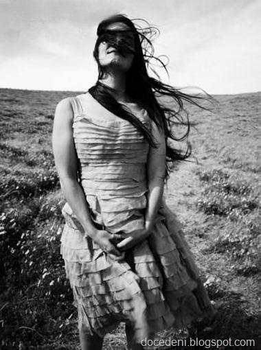 mulher sozinha com vento