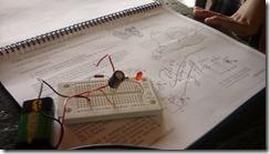 usando el protoboard verificamos el capacitor