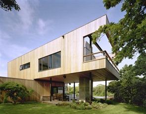 Fachada-de-madera-Casa-Bluff-por-Robert-Young