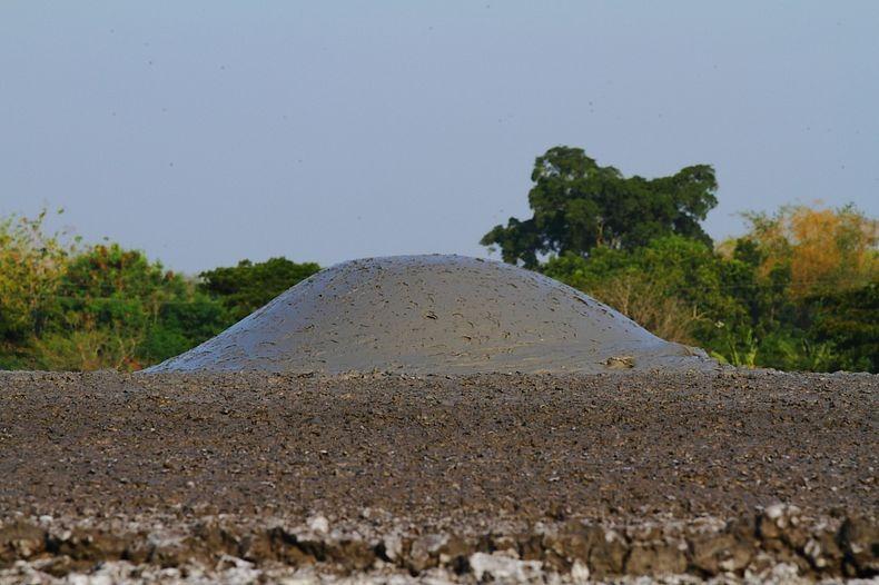 البراكين الطينية ظاهرة غريبة تجذب الاف السياح اليها bleduk-kuwu-10%5B8