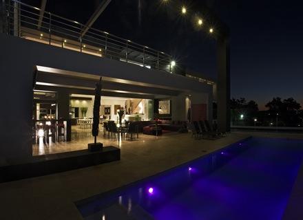 iluminacion-en-piscina-Casa-de-lujo