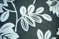 Tkanina obiciowa z efektem metalicznym w kwiaty. Czarno-biała.