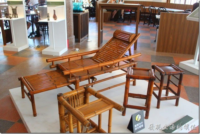 台南林百貨四樓有些懷舊的竹籐作品陳列。