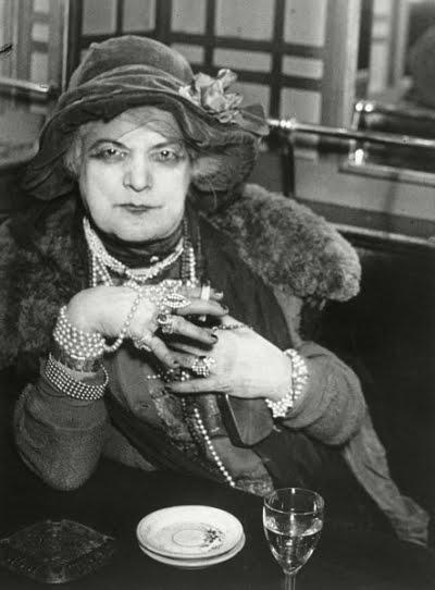 Brassaï - Bijou 1932.jpg
