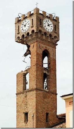 Torre orologio Novi di Modena semi-crollata per terremoto
