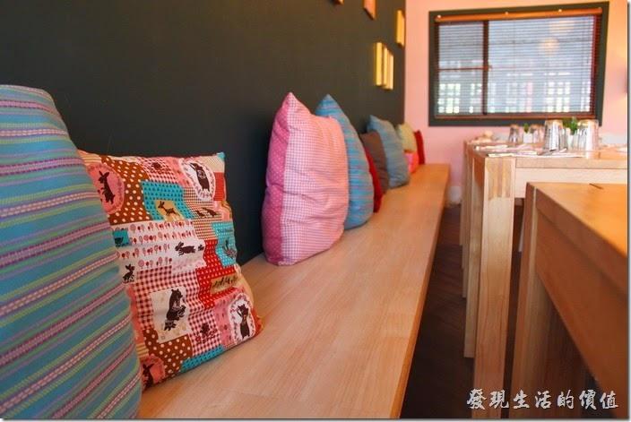 台南-PS-Cafe-Brunc。這裡有一整排的抱枕,如果更多些花樣或是懶骨頭,應該會更舒服。