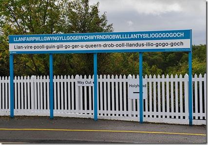800px-Llanfairpwllgwyngyllgogerychwyrndrobwllllantysiliogogogoch-railway-station-sign-2011-09-21-GR2_1837a