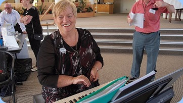 Barbara McNab joining-in the fun and playing Peter Jackson's Yamaha PSR-S950. Photo courtesy of Dennis Lyons