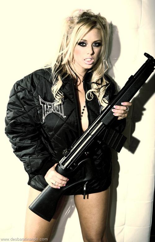 gatas armadas mulheres lindas com armas sexys sensuais desbaratinando (24)