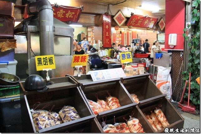 個人推薦松霖茶坊的蝦餅,有黑胡椒、辣味及原味三種。有時候還可以看到老闆現炸蝦餅。